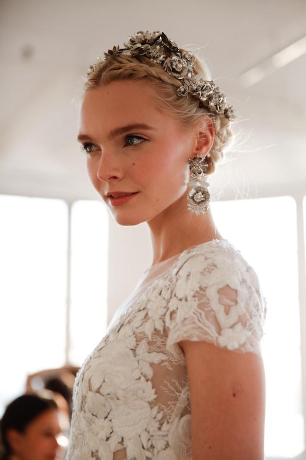 Zdroj obrázku: http://bridalmusings.com/2015/10/best-of-bridal-fashion-week-backstage-beauty-marchesa-wedding-dresses/