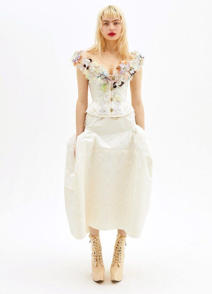 Zdroj obrázku: https://www.viviennewestwood.com/en/collections/bridal/ak-for-vw---bridal/