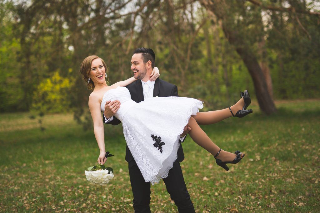 Kratke svadobne saty_cierne aplikacie